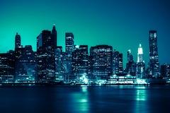New York - vue panoramique d'horizon de Manhattan par nuit Photos stock