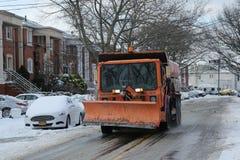 New- Yorkabteilung von Hygiene-LKW-Reinigungsstraßen in Brooklyn, NY nach enormem Winter-Sturm Helen Lizenzfreie Stockfotografie