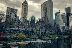 New- Yorkgebäude hinter Central Park Stockfotos