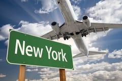 New- Yorkgrün-Verkehrsschild und Flugzeug oben lizenzfreies stockfoto