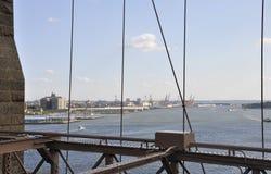 New- Yorkhafenansicht von der Brooklyn-Brücke über East River von Manhattan von New York City in Vereinigten Staaten Stockfotos