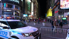 New- Yorkpolizeiwagen steht auf Times Square New York am Abend bereit stock video