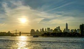 New- Yorkskyline Mahatten-World Trade Center-Williamsburg-Brücken-Sonnenuntergang Stockbilder
