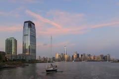 New- Yorkskyline mit einem Schiff in der Front Lizenzfreie Stockbilder