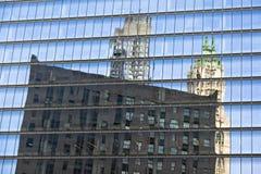 New- Yorkwolkenkratzer-Reflexionen stockfotos