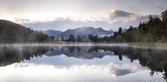 New Zealand湖与早晨日出天空的视图便餐 库存图片