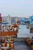 Newar Dragon Boat den Galata bron, Istanbul Turkiet Fotografering för Bildbyråer