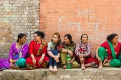 Newar kvinnor sitter och väntar på Bisket Jatra festligheter Arkivfoto