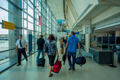 NEWARK, NJ - 16 ΟΚΤΩΒΡΊΟΥ 2017: Μη αναγνωρισμένοι άνθρωποι που περπατούν στο εσωτερικό αερολιμένων του Newark στο Newark, Νιου Τζ Στοκ Εικόνες