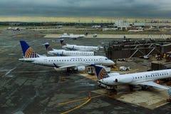 NEWARK, NJ - 07 JUNI: Einda van Newark Liberty International Airport in New Jersey aan vliegtuigen van Continentaal en JetBlue stock foto
