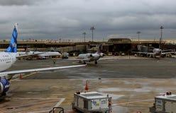 NEWARK NJ - JUNI 07: Terminal A av Newark Liberty International Airport i nytt - ärmlös tröja till flygplan av kontinentalt och J royaltyfria bilder