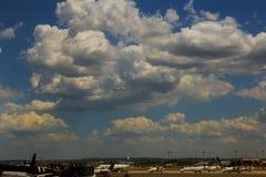 NEWARK NJ - JUNI 07: Terminal A av Newark Liberty International Airport i nytt - ärmlös tröja till flygplan av kontinentalt och J royaltyfri fotografi