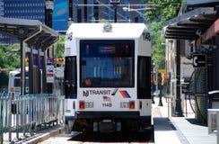 Newark, NJ: Trem leve do trilho imagens de stock