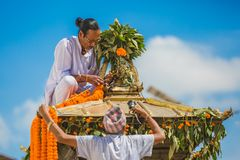 Newarmensen die Kar voor Indra Jatra verfraaien royalty-vrije stock foto
