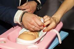 Newbo d'enfants de train de robe de jeunes mariés de bébé d'anneau de main futur Image libre de droits