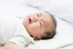 Newborn азиатский плакать младенца стоковая фотография