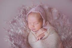 Newborn девушка в шляпе Стоковые Фотографии RF