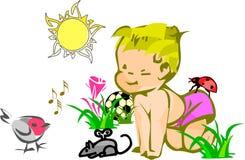 Newborn играть в природе с игрушками стоковая фотография