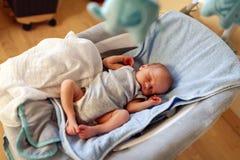 Newborn мальчик спать в стуле и мечтать хвастуна стоковая фотография rf