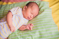 Newborn маленький спать младенца Стоковое Изображение