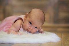 Newborn милый младенец лежа на белой коже меха стоковые фото