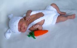 Newborn младенец в костюме кролика стоковая фотография