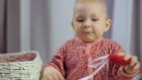Newborn младенец играя с сердцем сток-видео