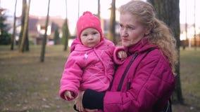 Newborn младенец и семья идя в парк сток-видео
