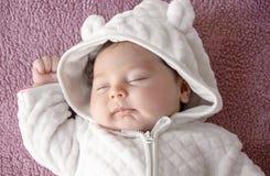 Newborn младенец на фиолетовой предпосылке, изображение от верхней части ново стоковое изображение