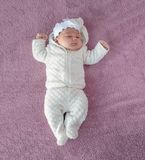 Newborn младенец на фиолетовой предпосылке, изображение от верхней части ново стоковые фотографии rf