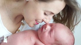 Newborn младенец плачет от colick Мать утихомиривает младенца и улыбок Струбцина для пупка newborn акции видеоматериалы