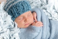 Newborn младенец спать в коробке среди голубых одеял Стоковое Изображение RF
