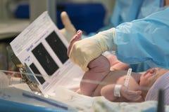 Newborn мужской младенец имея след ноги быть сделанным стоковое фото rf