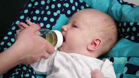 Newborn младенец всасывает акции видеоматериалы