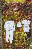 Newborn младенец на куче чистых сухих полотенец Ребенок новорожденного после ванны в полотенце Одежды семьи моя Смертная казнь че Стоковое фото RF