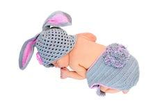 Newborn младенец спать в костюме кролика Стоковые Изображения RF