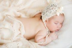Newborn младенец спать на кровати стоковые фотографии rf