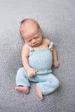Newborn младенец спать на одеяле Стоковое Изображение RF