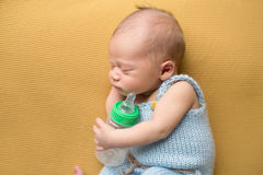 Newborn младенец спать с бутылкой Стоковые Фотографии RF