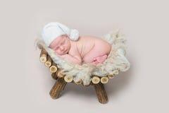 Newborn младенец спит на деревянной шпаргалке стоковая фотография
