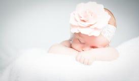 Newborn младенец с держателем на голове лежа на одеяле Стоковая Фотография RF