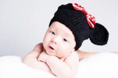 Newborn младенец с шляпой на голове лежа на одеяле Стоковые Изображения RF