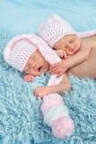 Newborn младенцы с розовыми шляпами стоковые изображения rf