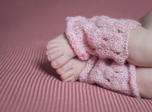 Newborn нога ребенк, влюбленность семьи Стоковые Фото