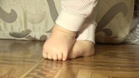 Newborn ноги помадки младенца closeup 4K UltraHD, UHD акции видеоматериалы