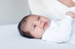 Newborn лож младенца, и смотреть вокруг стоковая фотография