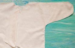 Newborn одежды младенца и синь на деревянной комнате детей предпосылки, аксессуары кучи на таблице стоковое изображение rf