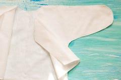 Newborn одежды младенца и синь на деревянной комнате детей предпосылки, аксессуары кучи на таблице стоковое фото