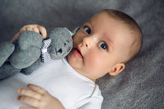 Newborn до 3 месяца лежа в кровати Стоковые Фото