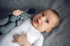 Newborn до 3 месяца лежа в кровати Стоковое фото RF